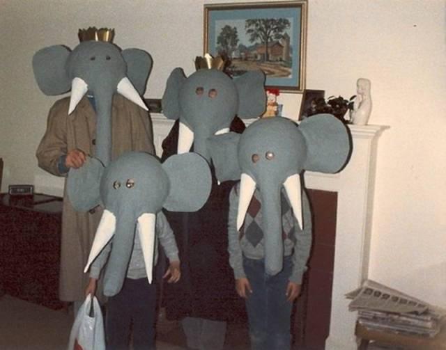 Семья в костюмах слонов
