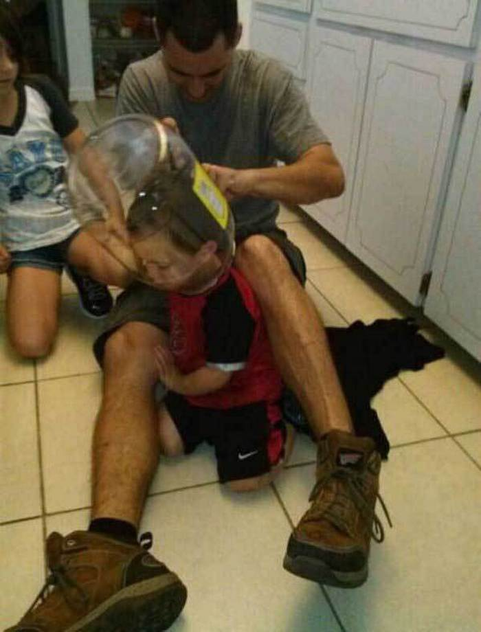 ребенок залез в банку головой