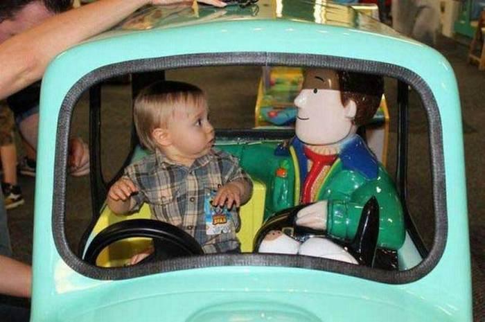 мальчик в детской машинке
