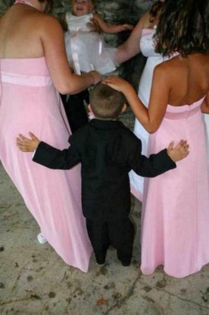 мальчик стоит с девушками