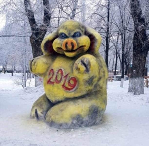 Желтая свинья из снега