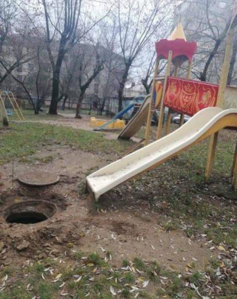 Детская горка рядом с открытым канализационным люком