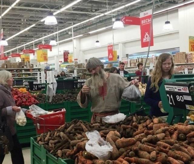 Мужчина в старославянском костюме в гипермаркете
