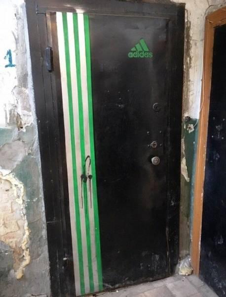 Дверь с надписью Адидас