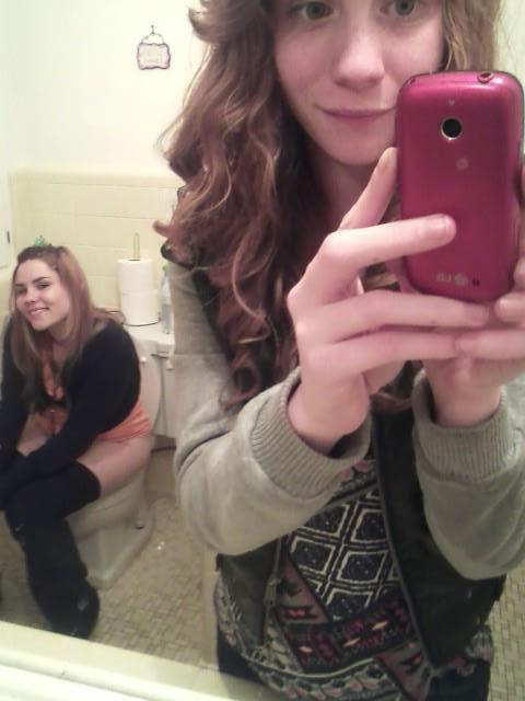 девушки в туалете