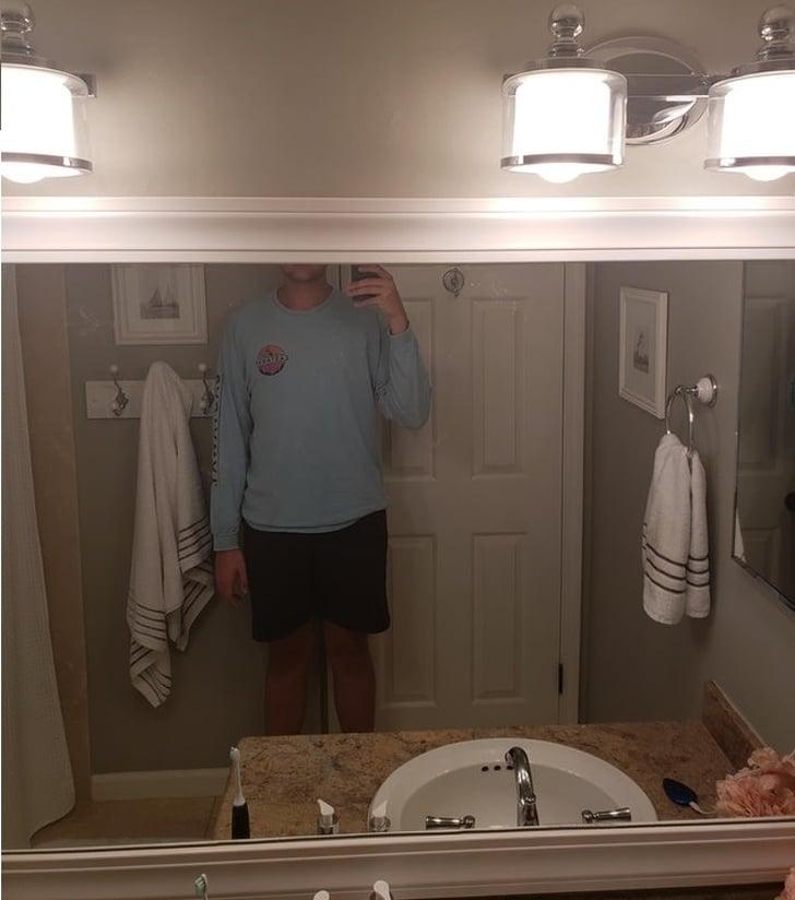 высокий человек и зеркало