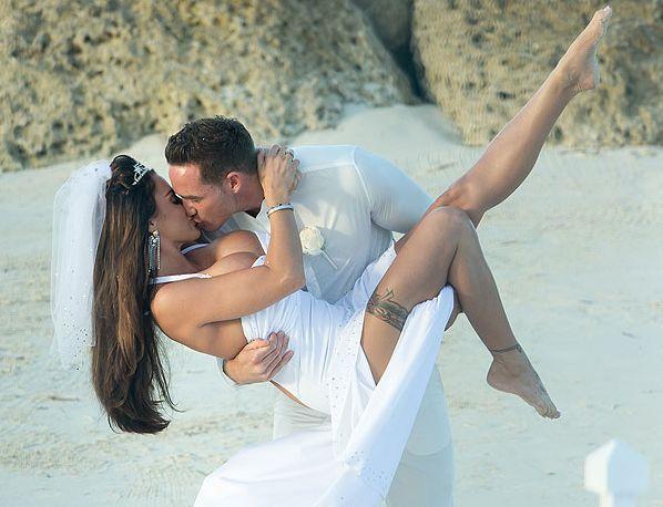 кэти прайс в свадебном платье на руках у мужа