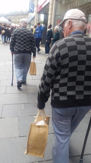 мужчины в одинаковых свитерах