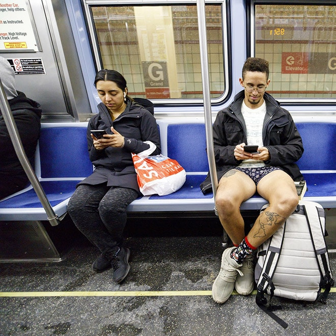 парень в вагоне метро без штанов рис 2