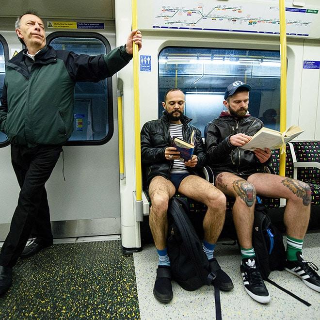 мужчины без штанов в метро