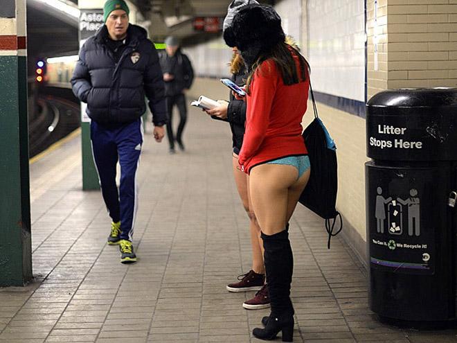 девушка в метро без штанов