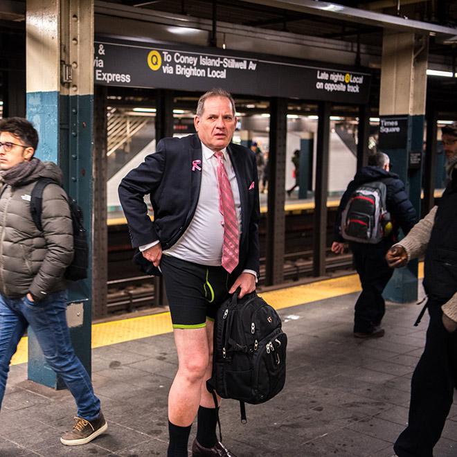 мужчина в пиджаке без брюк