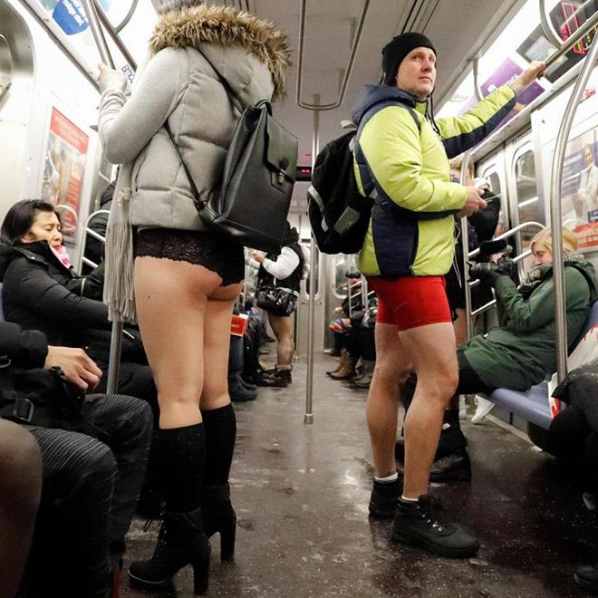 люди без штанов в вагоне метро