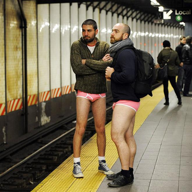 парни в розовых трусах в метро