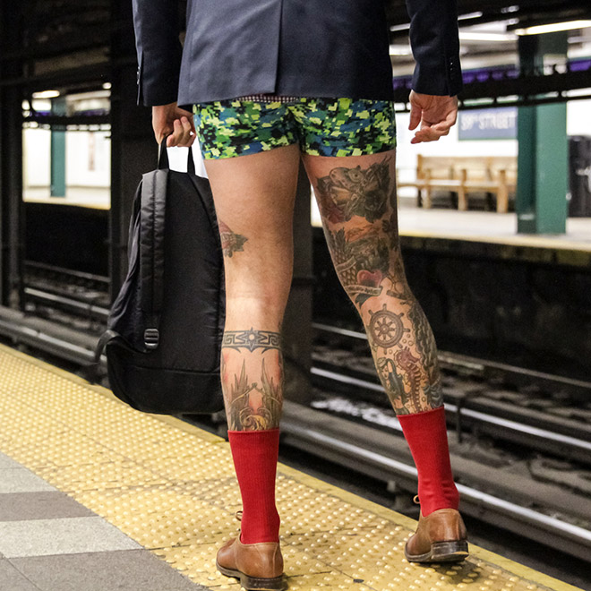 мужчина в метро без штанов