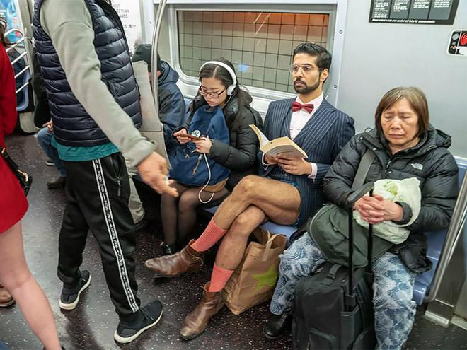 мужчина с книгой без штанов в метро