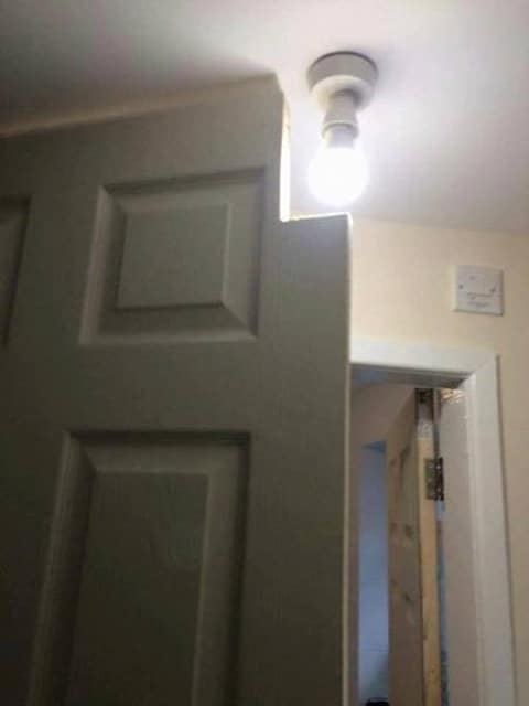 дверь и лампочка