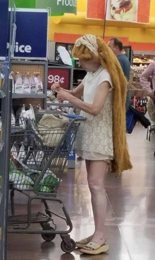 девушка с дредами в супермаркете