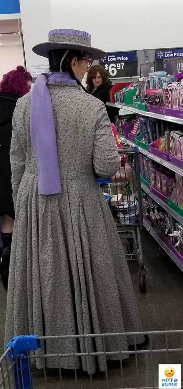 женщина в плаще и шляпе