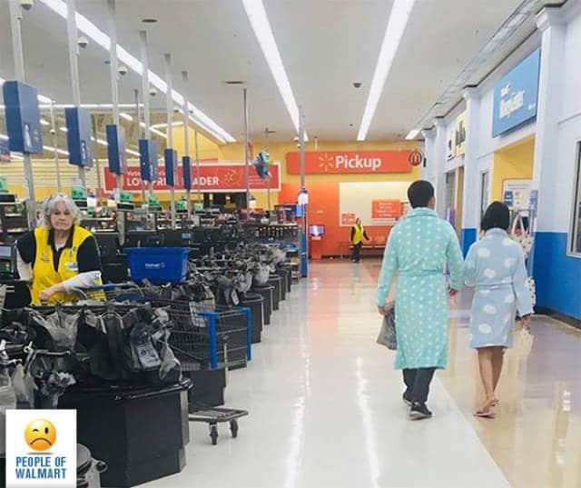 пара в пижамах в супермаркете