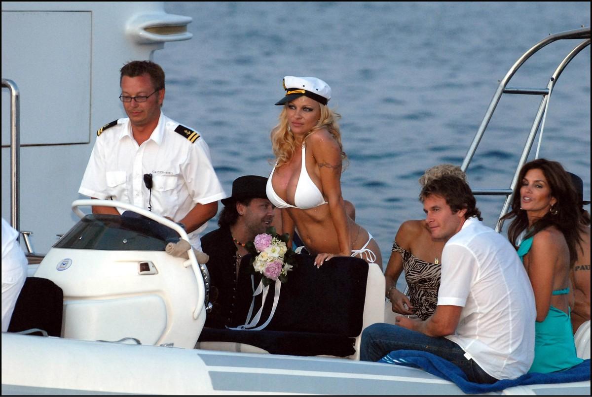 памела андерсон в купальнике на яхте