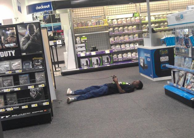 парень играет в видеоигры в магазине
