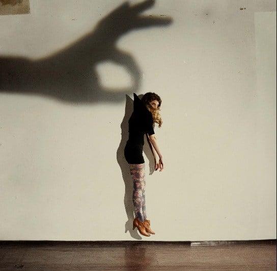 тень руки держит девушку за шиворот