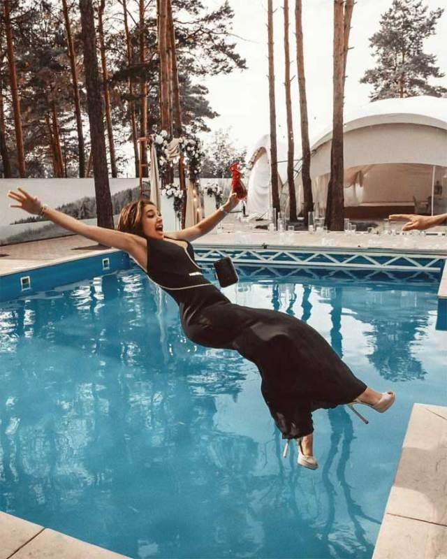девушка в платье падает в бассейн