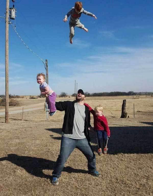 мужчина с детьми на руках