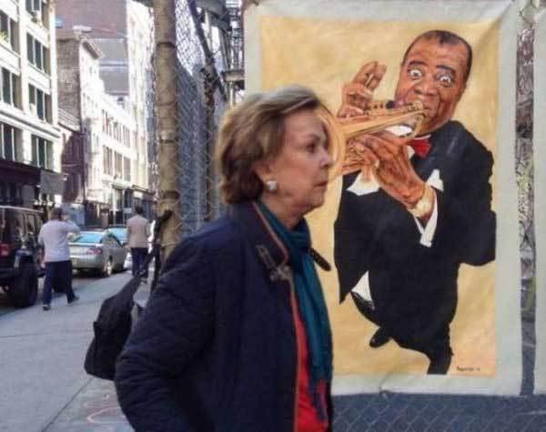 женщина на фоне плаката