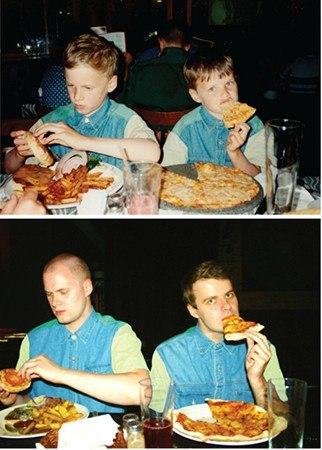 братья едят пиццу