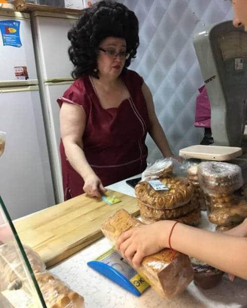 продавщица в магазине