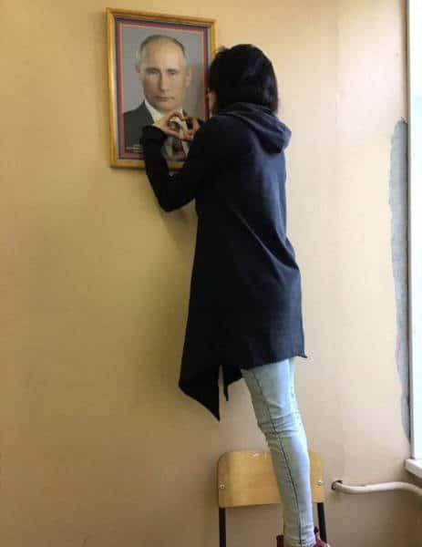 девушка и фоторамка с Путиным