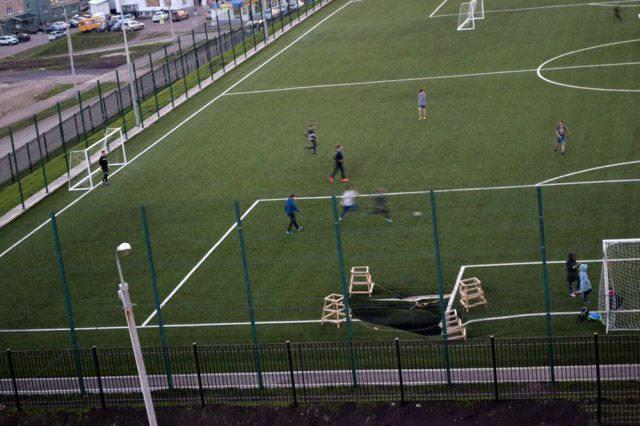 футбольное поле с дырой