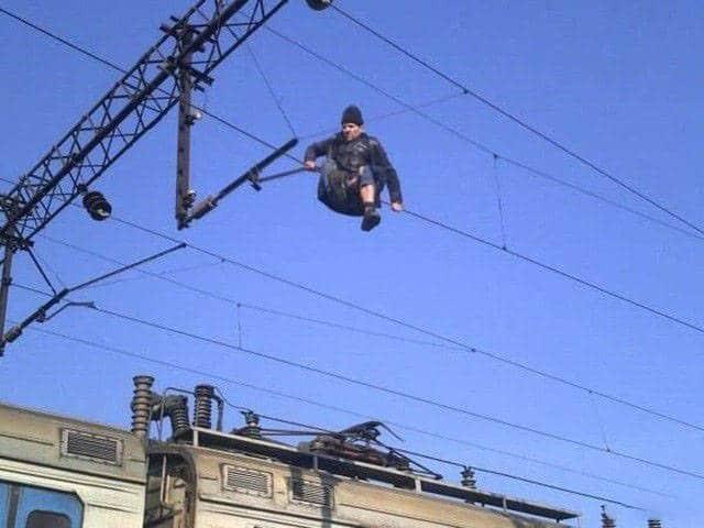 мужчина на проводах
