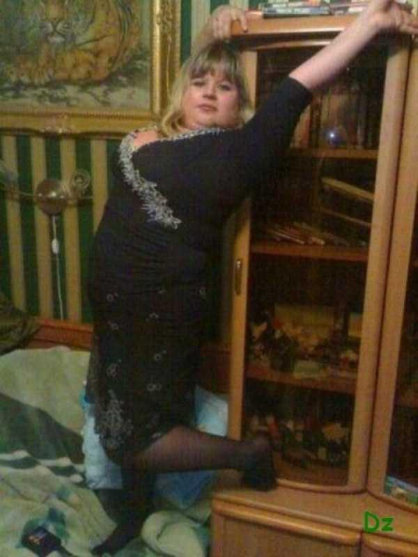 девушка позирует у шкафа