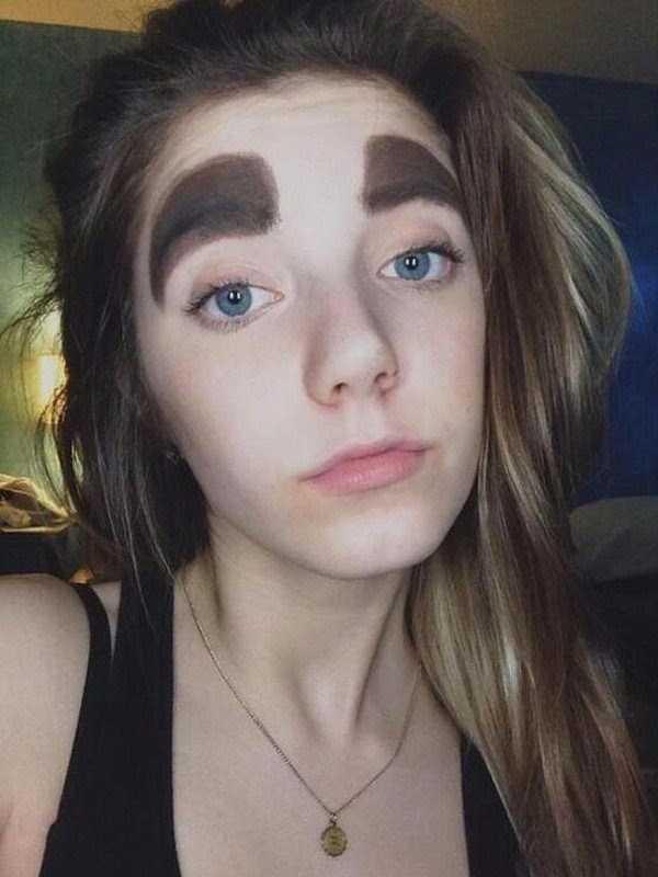 девушка с широкими бровями