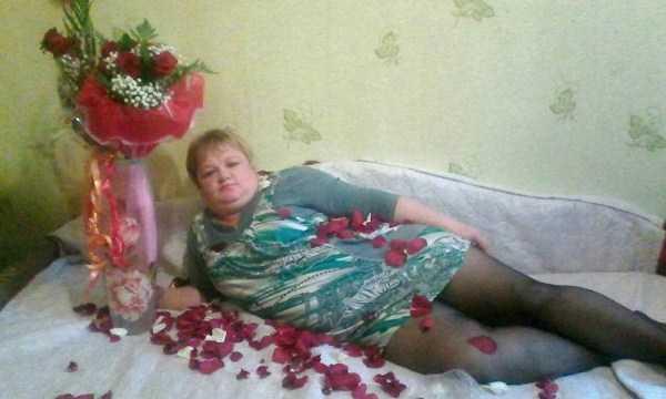 женщина на диване с букетом роз