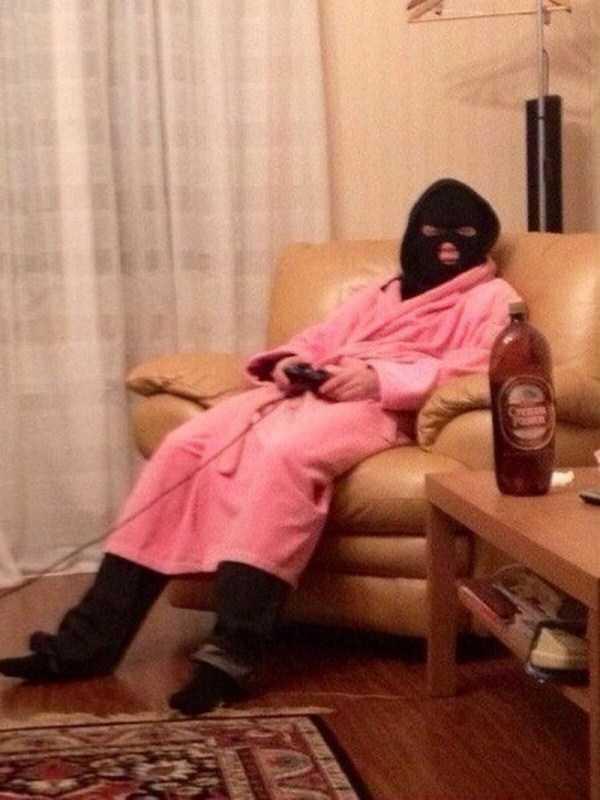 парень в розовом халате в кресле
