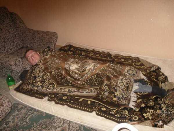 мужчина спит, укрывшись ковром