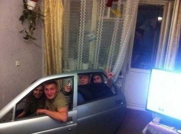 люди с дверьми от автомобиля