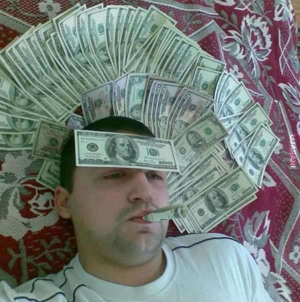 парень в долларовых купюрах
