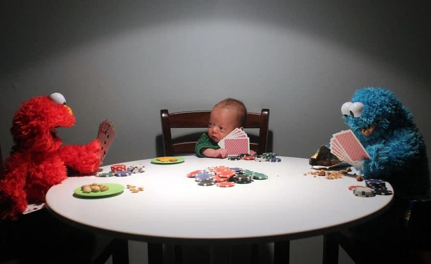 ребенок с картами за столом