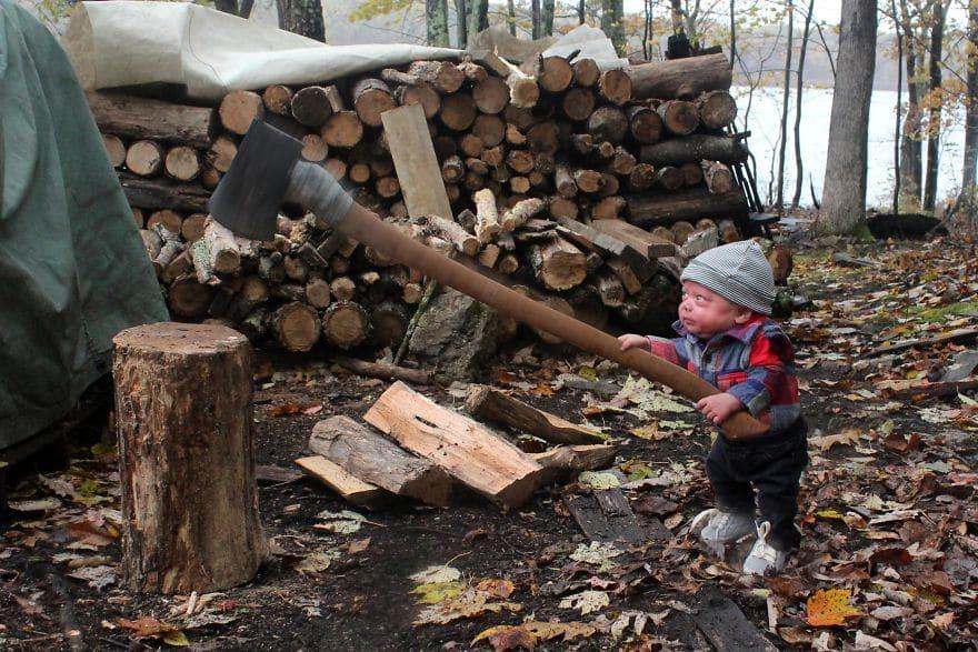 ребенок рубит дрова