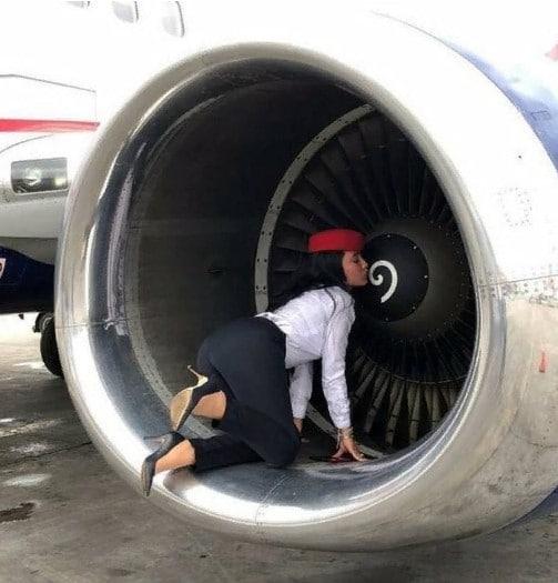 стюардесса в турбине