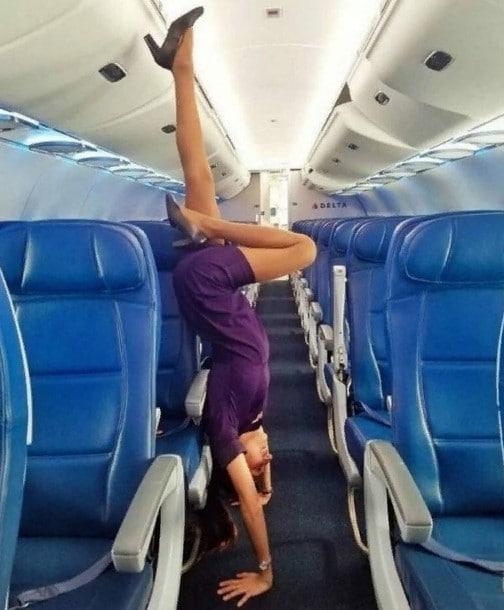 стюардесса стоит на руках