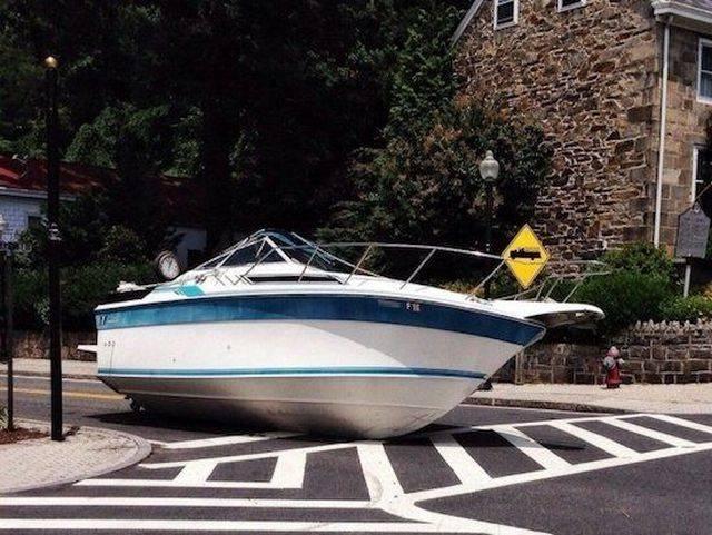яхта посреди дороги