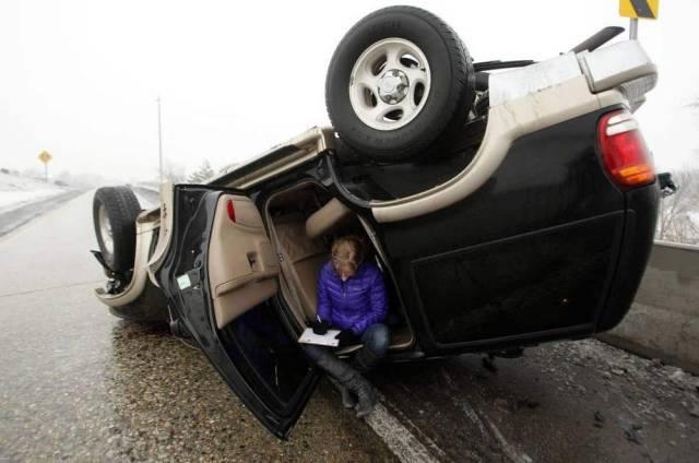 перевернутая машина на дороге