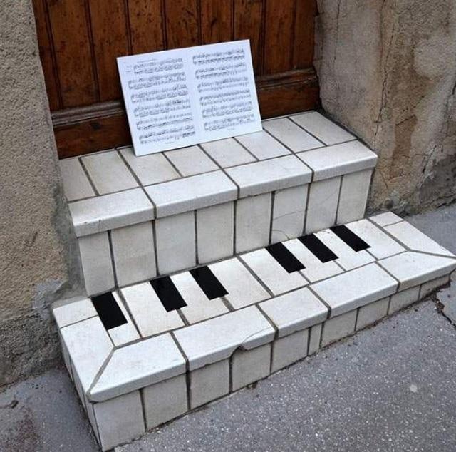 Пианино, нарисованное на ступенях