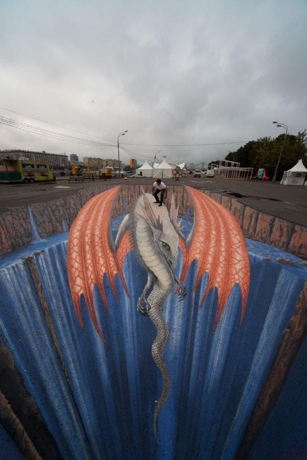 Объемный дракон нарисован на площади